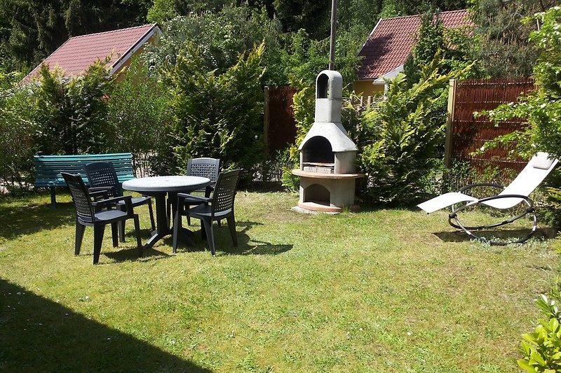 Liegwiese und Grillplatz im Gartenbereich