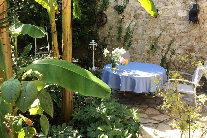 Essplatz im Garten vor der Küche