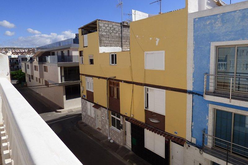 Blick von der Dachterrasse nach links, in die Strasse