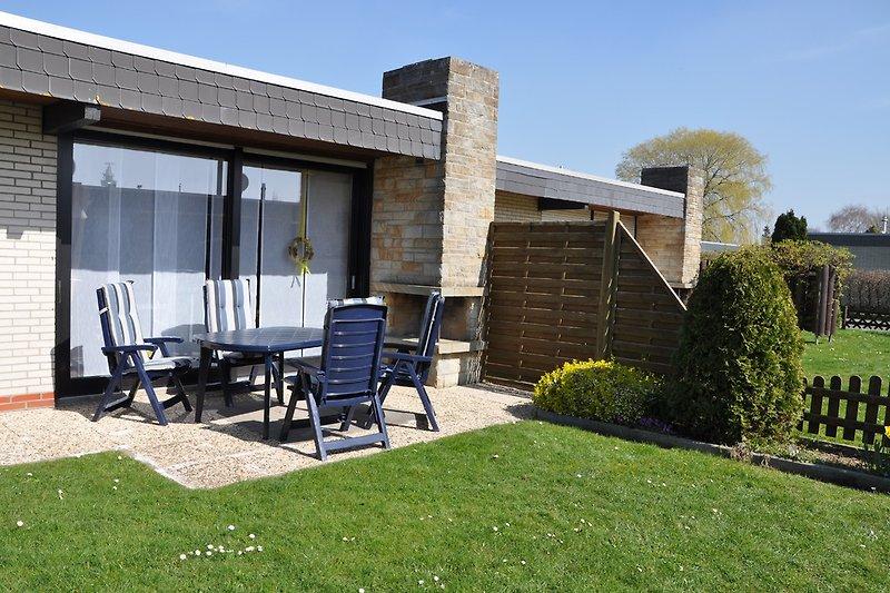 Terrasse mit Gartenmöbel, Strandkorb und Grill