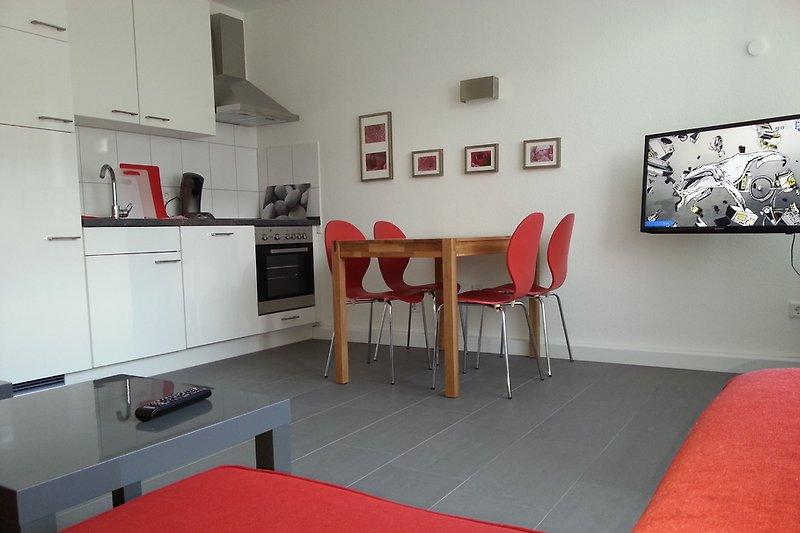 Großer Wohnraum mit Küchenzeile und Eßbereich