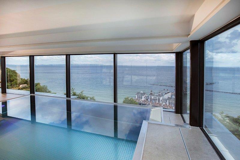 Schwimmbereich im 6. OG mit Panorama-Blick