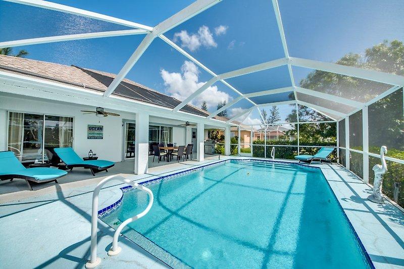 Blick auf Pool & Terrasse