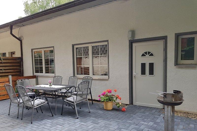 Eingangsbereich mit Terrasse und Grill