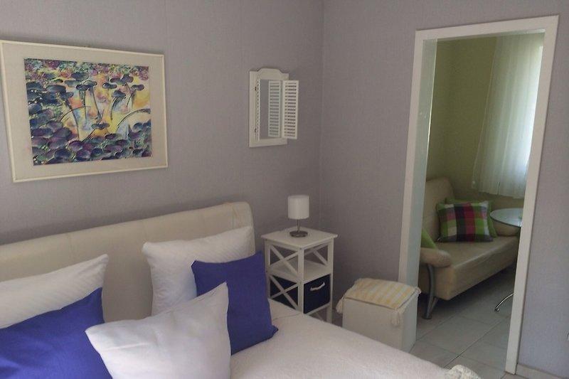 Schlafzimmer mit Blick zum kleinen Zimmer