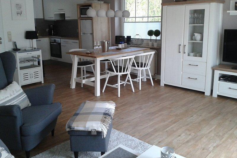 Heller Wohn- Essraum mit direktem Zugang zur Küche