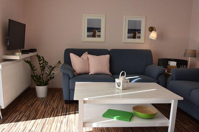Helles Wohnzimmer mit Sat Fernseher