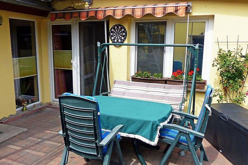 Terrasse mit Terrassentür zum Wohnzimmer