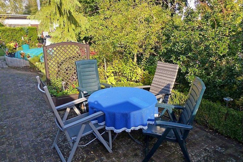 Sitzecke auf der umgrünten Terrasse