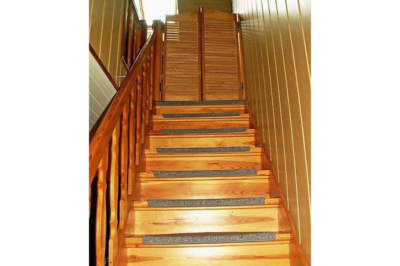 Treppe zur Ferienwohnung: Hinter der Pendeltür befindet sich die Essecke