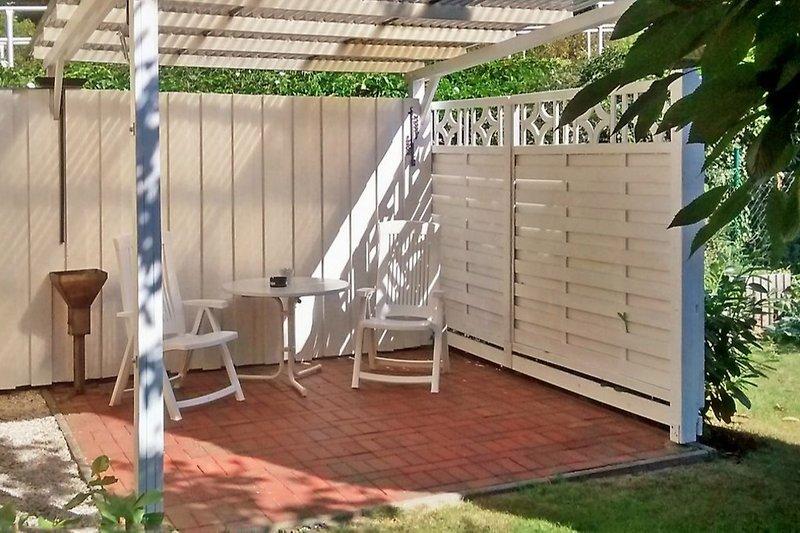 Garten mit der überdachten Terrasse
