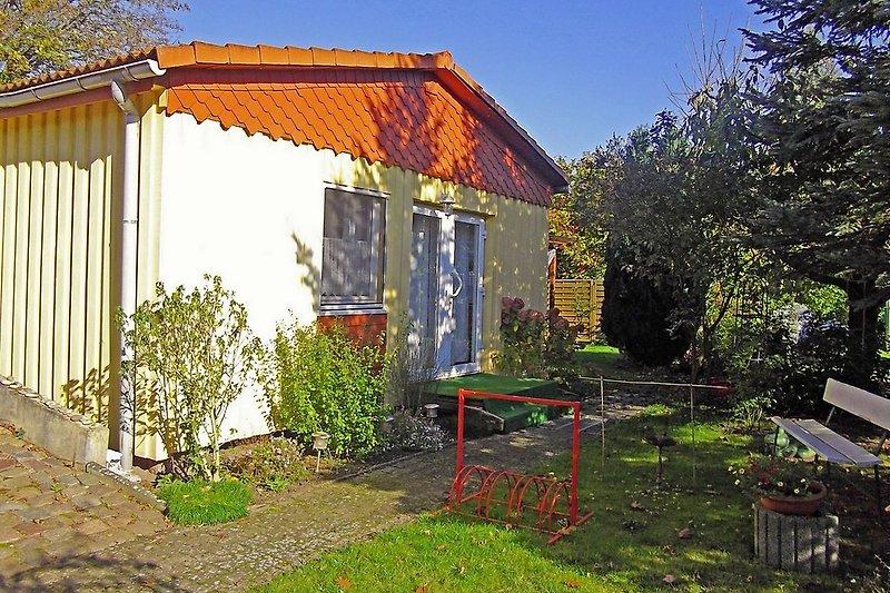 Außenansicht des Ferienhauses mit Garten