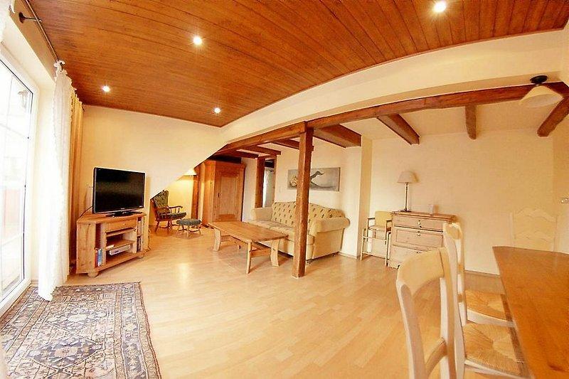 Wohnzimmer mit Terrassentür, TV und Sofa