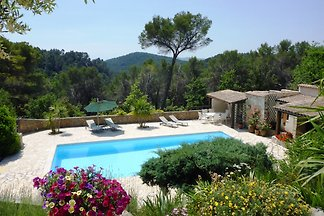 Quiet house with large pool (6 x 12 m) and spacious gardens. The very quiet plot is completely fenced and 6,000 m² in size.