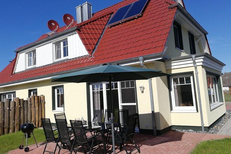 Terrasse mit Sonnenschirm und Kugelgrill