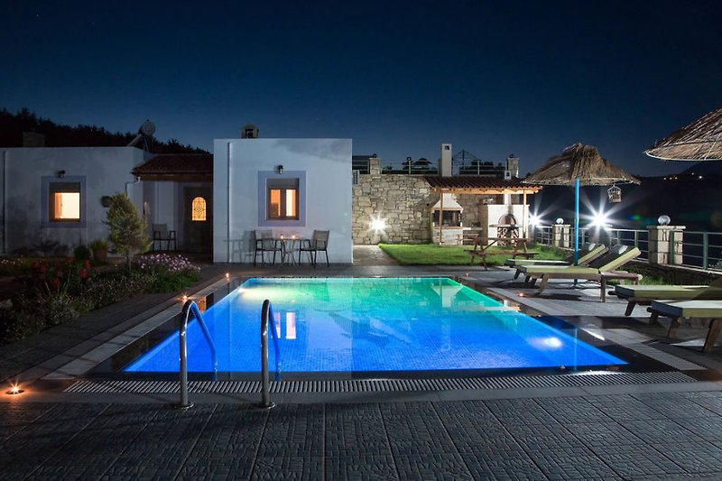 Private Swimming pool by night!