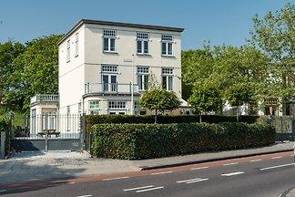 Dieses Haus für 4 Personen befindet sich im zweiten Stock unserer schönen Villa im grünen Herzen von Zandvoort. Rundherum ist ein großer Garten  und das Parkieren ist kostenlos.
