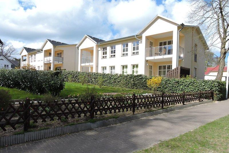 Die Wohnung 6 befindet sich im linken Gebäude EG