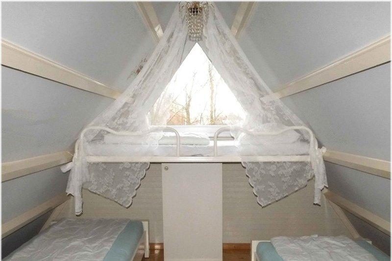 Schlafzimmer mit 2 Einzelbetten und Himmel- Hochbett
