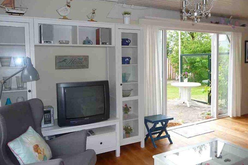 Wohnzimmer mit Blick auf Terrasse und Garten
