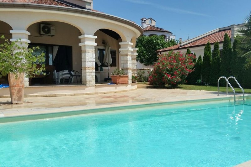 Villa klinkert m privatem pool ferienhaus in ka telir mieten for Schwimmpool preise