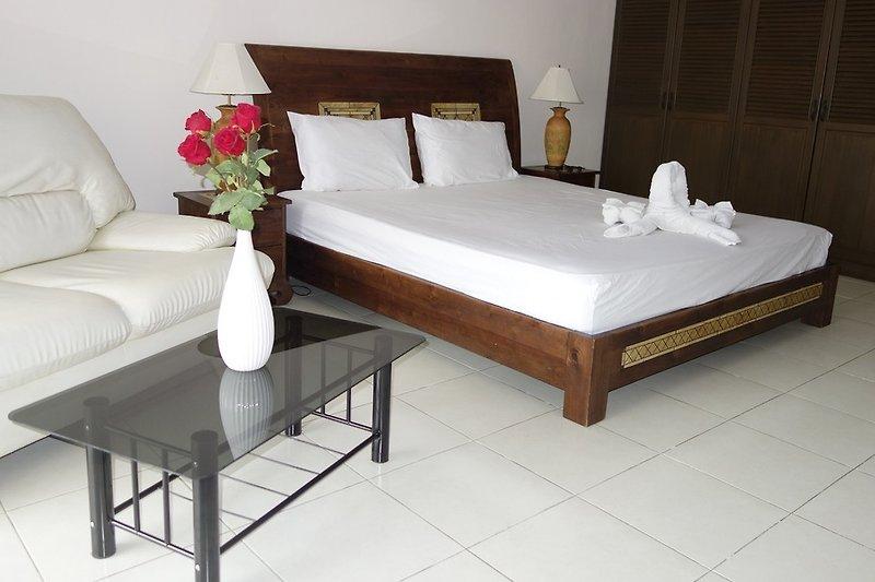 Kingsize-Bett und Schlafcouch