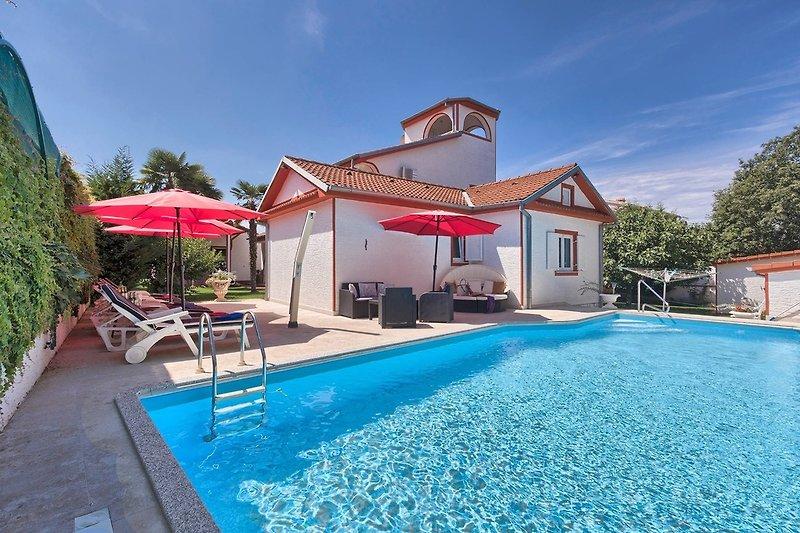 Villa Kleines Schloss mit eigenem Pool