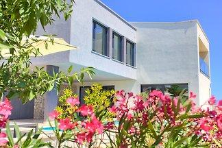 Neue, modern gestaltete 5-Sterne-Villa mit pool, 3 Schlafzimmern, 3,5 Badezimmern, Küche, Esszimmer, Wohnzimmer, großer Terrasse, Sonnenterrasse, Garten und Parkplatz. Meerblick