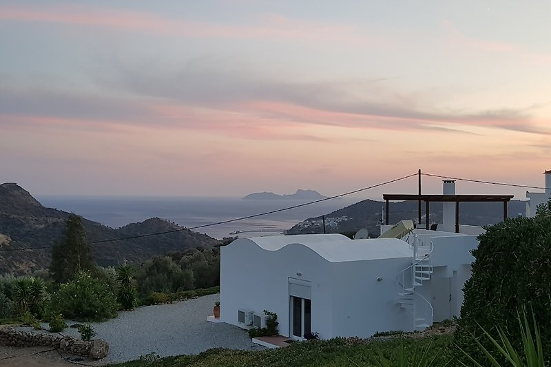Blick aus dem Garten auf das Lybische Meer und die Paximadi Inseln