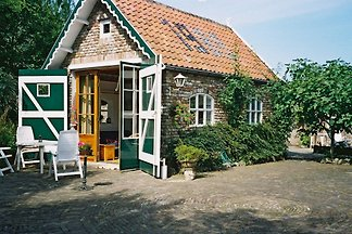 Liebevoll eingerichtete Ferienwohnung in ländlicher Umgebung mit romantischer Ausstrahlung. Liegewiese und Terrasse. Nur 1500 M vom Strand in Domburg. Ferienwohnung für 4 Personen.