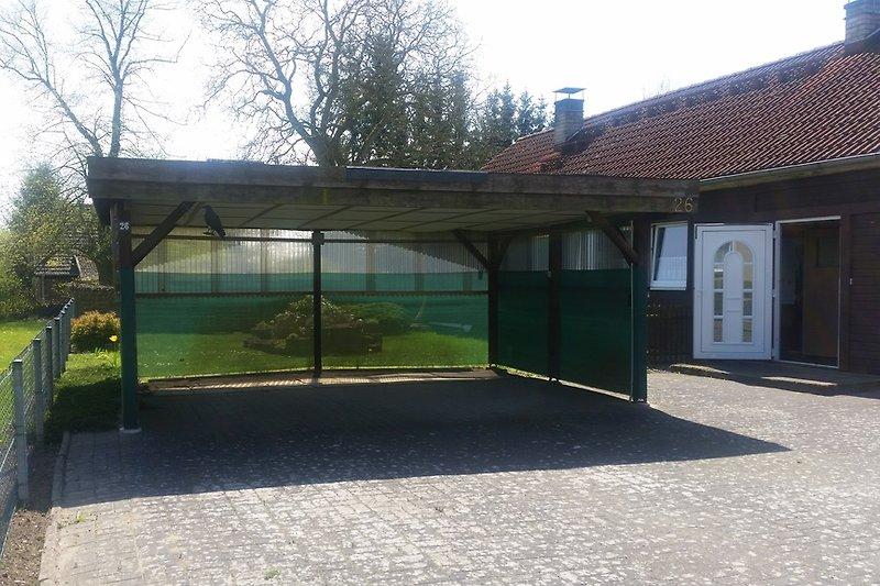 Gepflasterter Hof mit Doppel-Carport