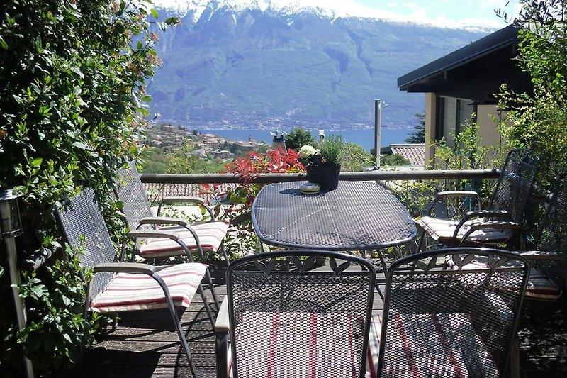 Blick Süd-Terrasse mit Blick zum Monte Baldo