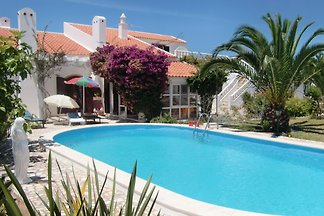 Villa Mali ist ein romantisches, stilvolles Landhaus mit einem einzigartigen Ambiente inmitten eines 1600 qm großen subtropischen Gartens mit wunderschönen großen Palmen gelegen.