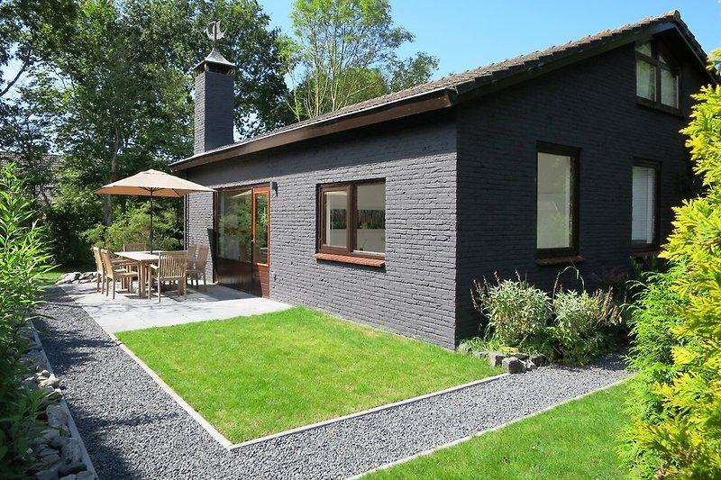 Ferienhaus mit grünem und sonnigem Garten