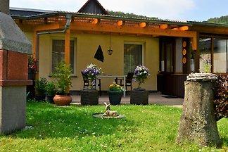Bungalow mit Schlafraum( 2 P.), Küche, Bad ( Dusche/ WC ) , Wohnzimmer mit Couch und TV. Parkplatz auf abgeschlossenem Grundstück.