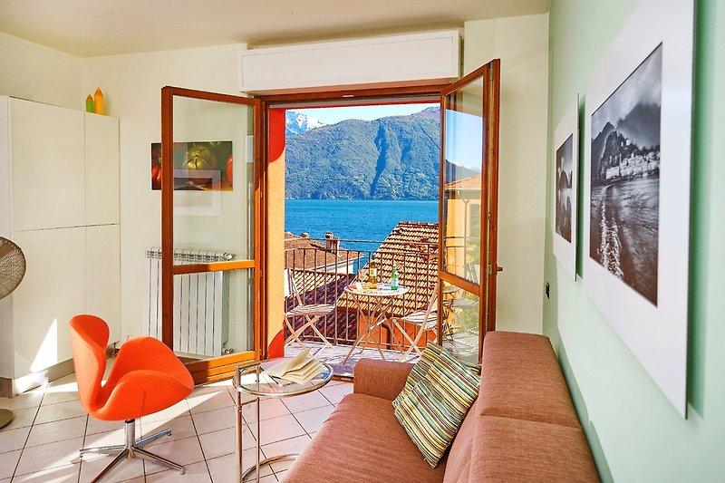 Stilvolle moderne Wohnung. Gemütliches Wohnzimmer mit weit öffnenden Balkontüren.