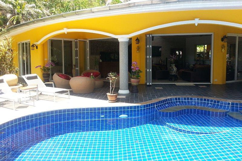 Pool mit Blick auf die Terasse