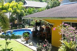 Diese traumhafte Villa bietet eine Wohnflaeche von 180 sqm, 2 Schlafzimmer mit Bad, ein grosser Wohnbereich mit Kueche, umgeben von einem tropischen Garten mit privatem Pool.