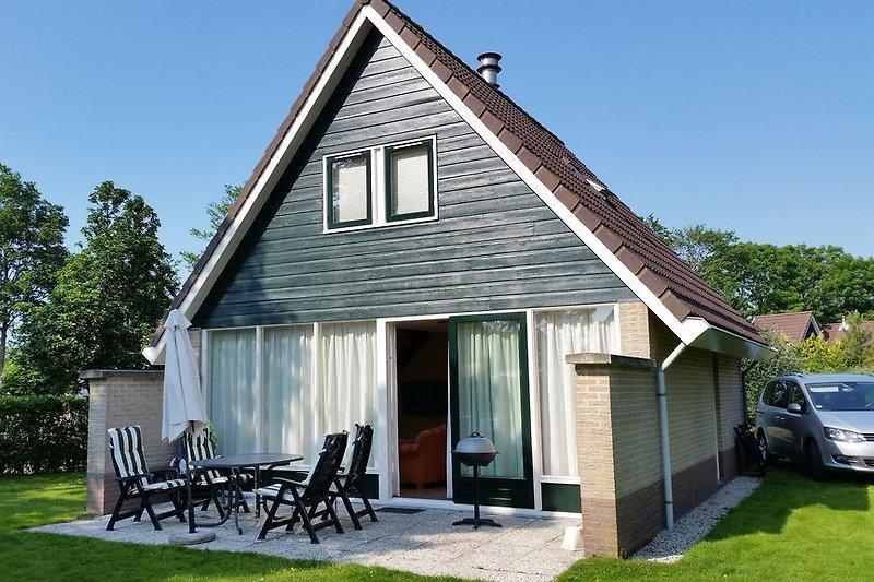 Gartenterasse mit Möbeln und Sonnenschirm