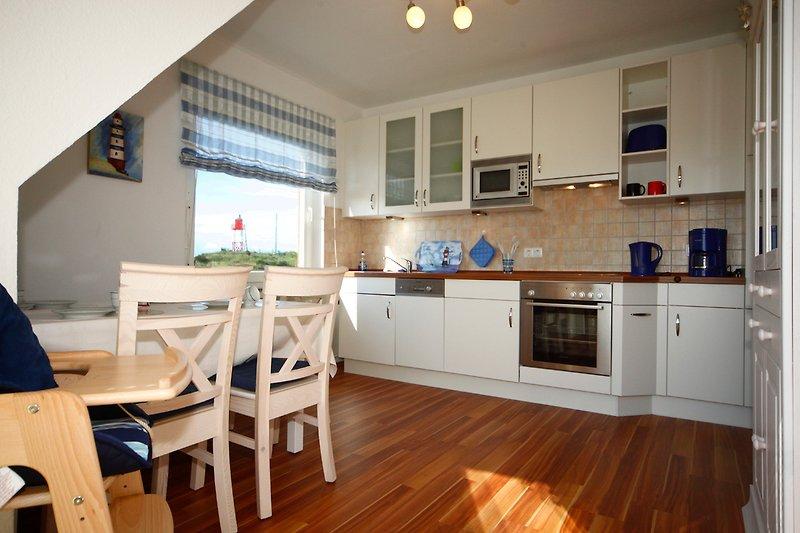 Vollständig eingerichtete Küche mit Eßecke