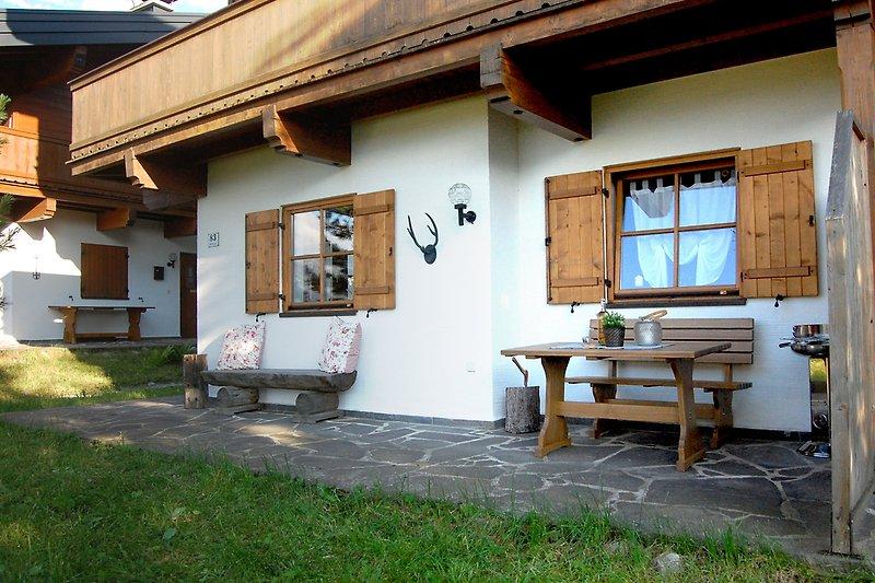 Gemütlicher Essbereich auf der Terrasse mit Grill und tollem Blick