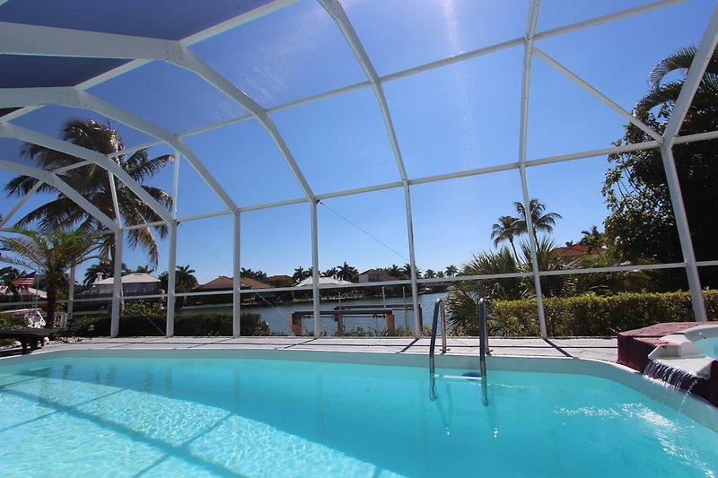 Pool mit Wasserblick