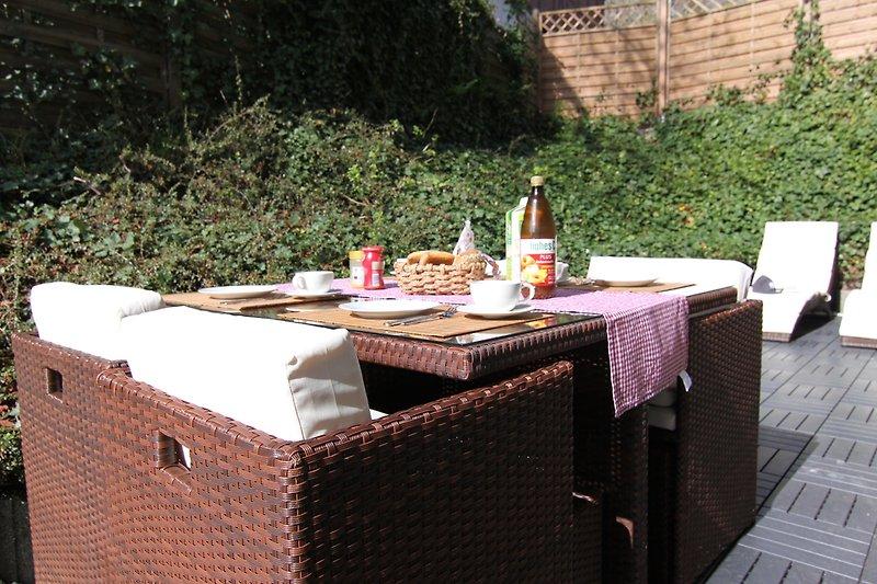 Auf der windgeschützten, sonnigen Terrasse kann man bereits im Frühling frühstücken