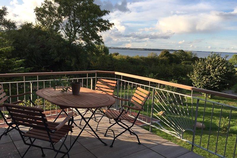 Große Terrasse mit schönem Holzmöbeln und traumhaftem Ausblick