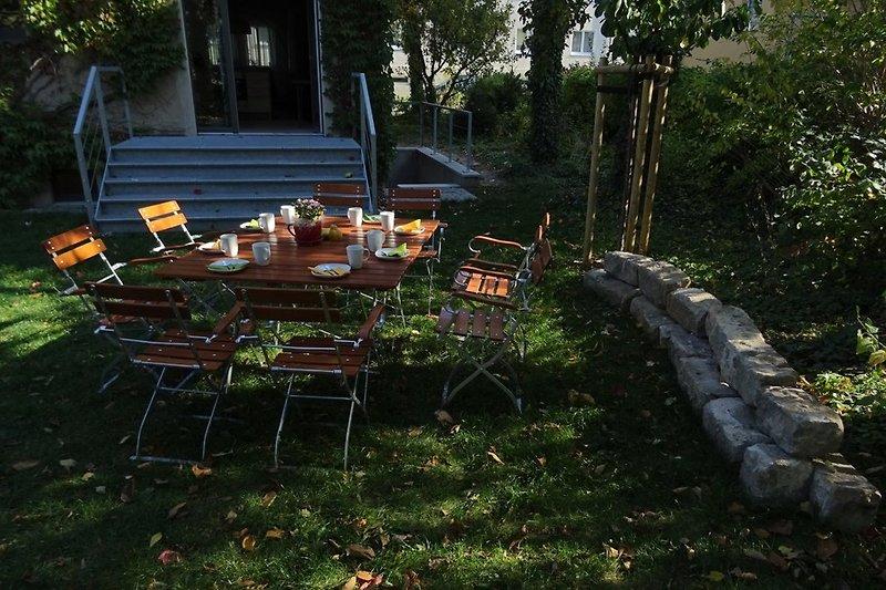 Hinter dem Haus beginnt Ihr Rundgang im Garten mit seinen großen Obstbäumen.