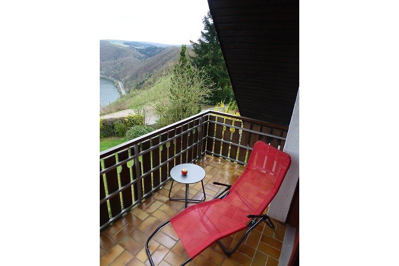 Auch der Balkon lädt zum Relaxen ein
