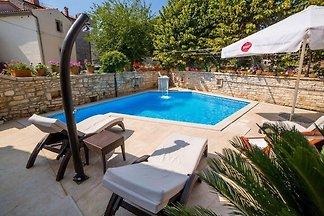 Riesiges Haus mitten im Ort mit Pool, Perfekt
