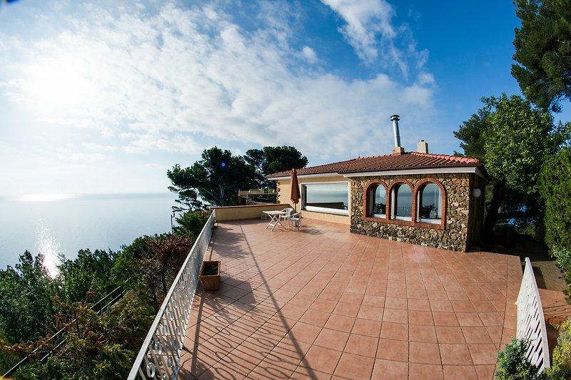 Blick auf die Terrasse, Esszimmer & Wohnzimmer. Die Sonne geht jeden Morgen links am Horizont auf. Unbezahlbar.