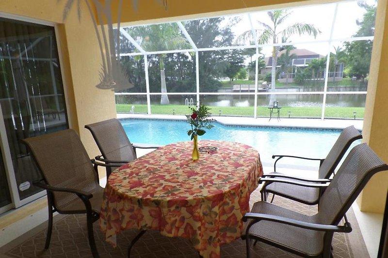 Terrasse mit 6 Sitzplätzen am Tisch