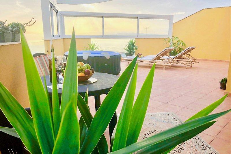 Große Terrasse mit Wind-und Sonnenschutz